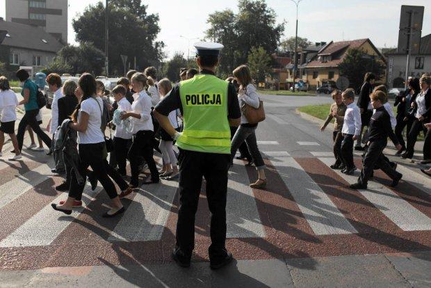 Przejście dla pieszych z policjantem